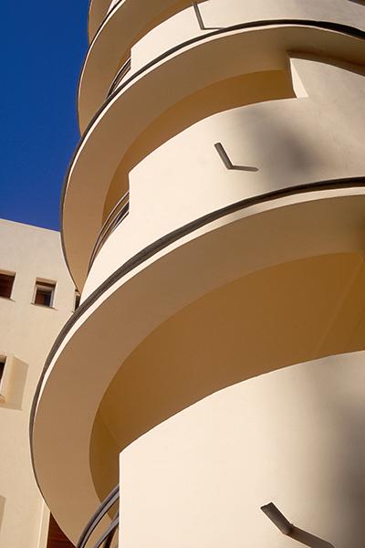 Rezension: Yigal Gawze. Form and Light. From Bauhaus to Tel Aviv Mittelman House