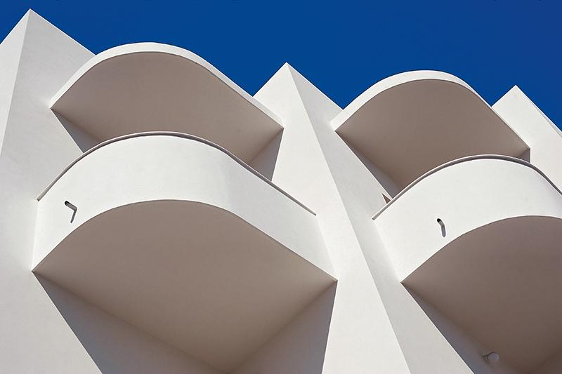 Rezension: Yigal Gawze. Form and Light. From Bauhaus to Tel Aviv Recanati House