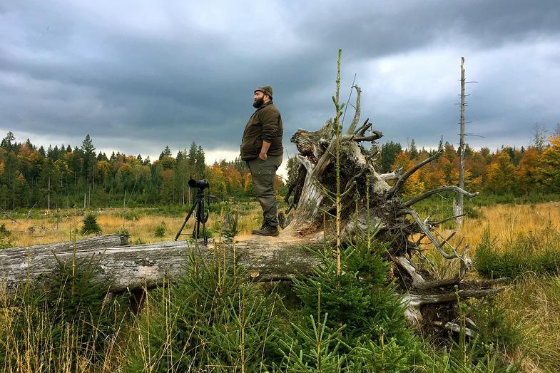 TV-Tipp: Vom Woife und dem Wald. Im Bild: der Woife mit Kamera an seinem Aussichtsplatz für die Brunft der Rothirsche