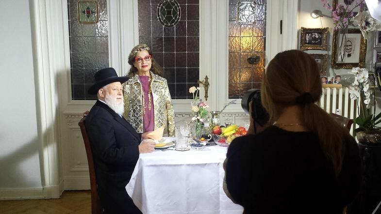 """TVTipp: """"Deutschland ist kein warmes Land"""" - Die Fotografin Sharon Back (rechts) beim Fotoshooting mit Rabbiner Ehrenberg"""