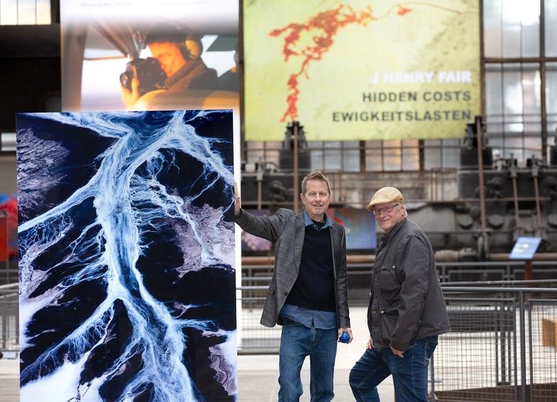 "J Henry Fair. Hidden Costs. Robert Laube (r.) und J Henry Fair in der Ausstellung ""Hidden Costs"" im Gebläsehaus der Henrichshütte."