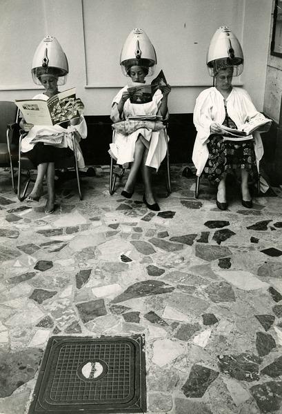 Fotoreportagen von Stefan Moses. Frauen unter Trockenhauben im Friseursalon