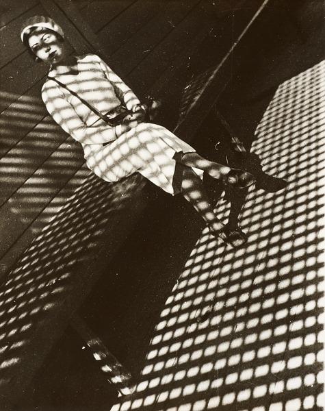 FOTOGRAFIE. Aus der Sammlung des LENTOS. Alexander Rodtschenko Mädchen mit Leica (Portrait der Fotoreporterin E.Lemberg)