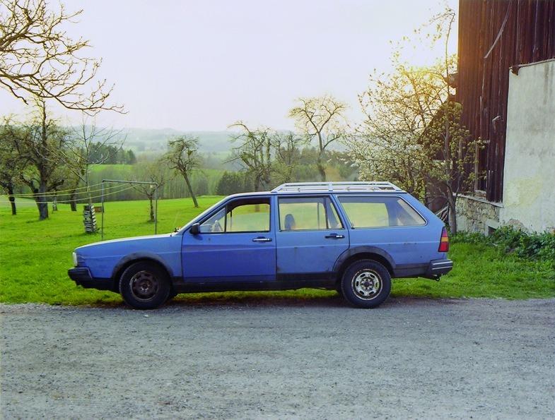 FOTOGRAFIE. Aus der Sammlung des LENTOS. Bernhard Fuchs Blauer Passat - Herzogsdorf
