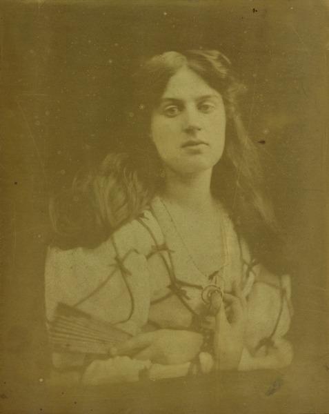 FOTOGRAFIE. Aus der Sammlung des LENTOS. Julia Margaret Cameron Woman with a fan (Dame mit Fächer), 1868