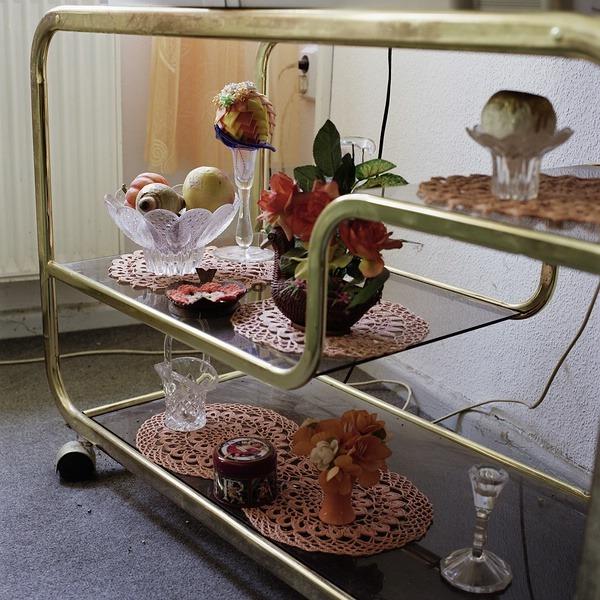 Roselyne Titaud. Géographies des limites humaines. Fotografien. Stillleben mit Schalen, Vasen, Früchten auf Häkeldecken