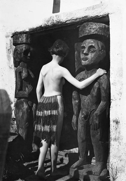 Ernst Ludwig Kirchner. Der Maler als Fotograf. Nina Hard vor dem Eingang des Hauses In den Lärchen.