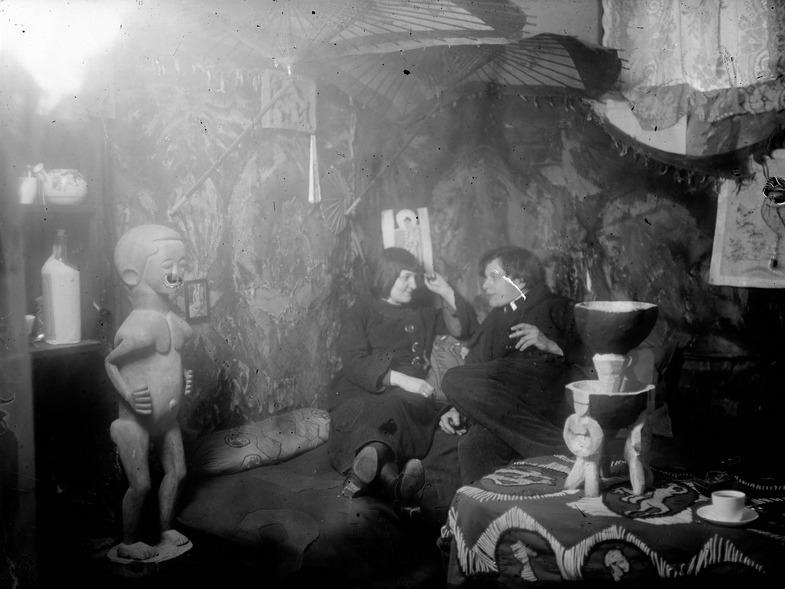 Ernst Ludwig Kirchner. Der Maler als Fotograf. Erna Kirchner (Schilling) und Ernst Ludwig Kirchner im Atelier Berlin-Wilmersdorf