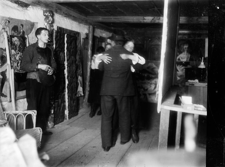 Ernst Ludwig Kirchner. Der Maler als Fotograf. Bauerntanz im Obergeschoss des Hauses In den Lärchen