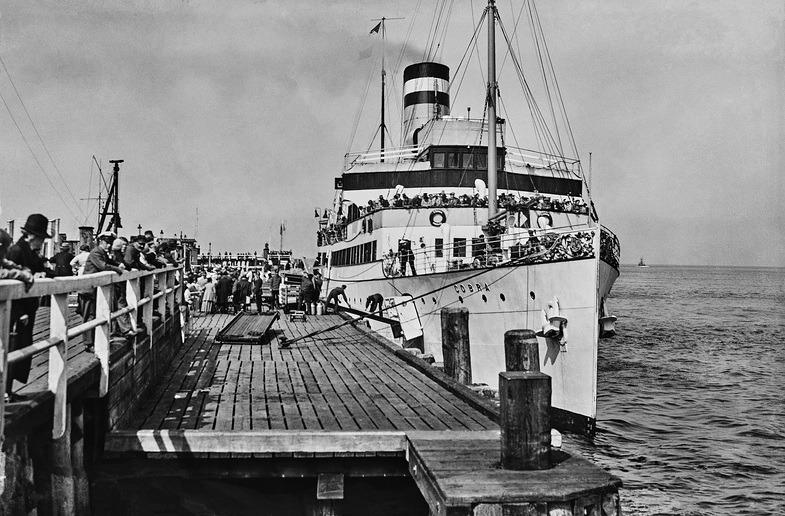 """Cuxhaven. Eine historische Bilderreise. Die """"Cobra"""" an der Seebäderbrücke"""