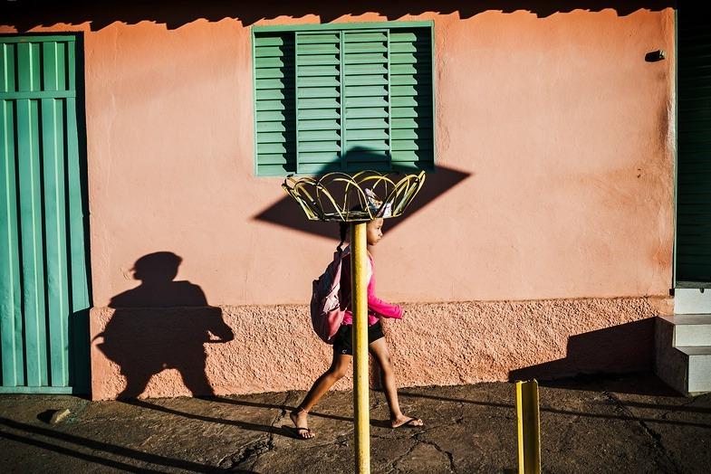 Gustavo Minas. Maximum Shadow Minimal Light